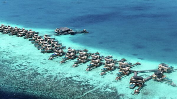 Виллы для туристов на рифе Мальдивского архипелага.
