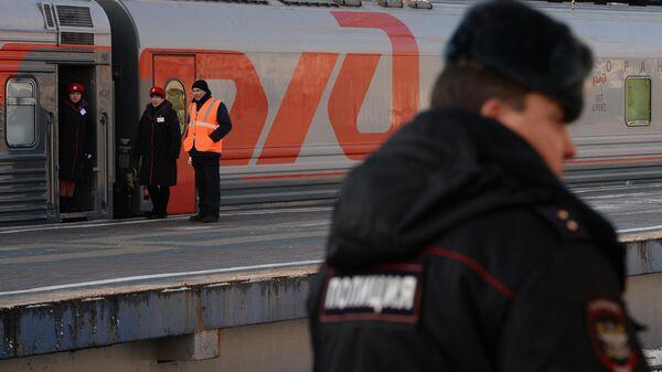Сотрудник полиции на железнодорожной станции