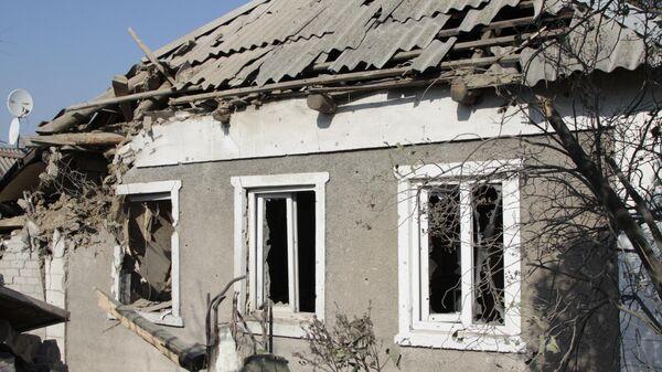 Жилой дом в поселке Старомихайловка города Донецка после обстрела