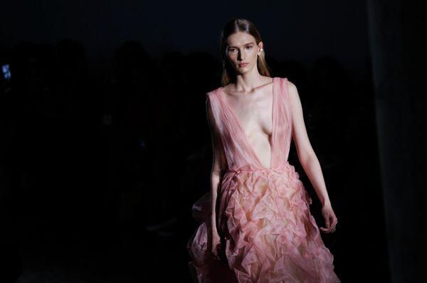Модель на показе Fabiana Milazzo в рамках Недели моды в Сан-Паулу