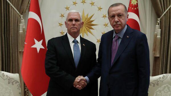Вице-президент США Майк Пенс и президент Турции Реджеп Тайип Эрдоган во время встречи в Анкаре