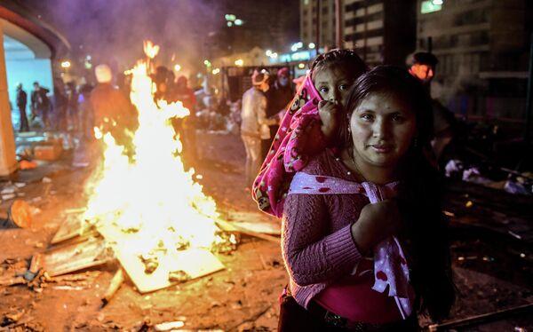 Женщина с ребенком в Кито, Эквадор