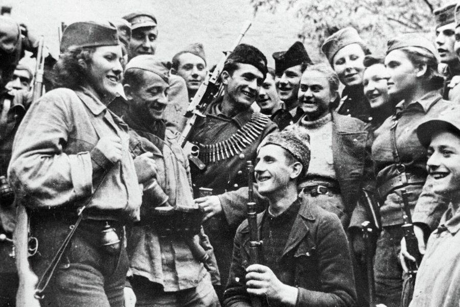 Югославские партизаны принимают новых бойцов в свои ряды