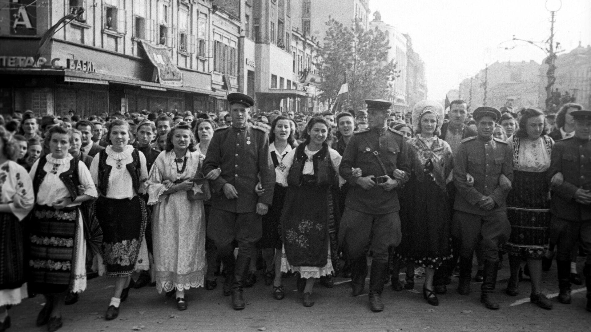 Жители освобожденного Белграда с советскими воинами - РИА Новости, 1920, 20.10.2019