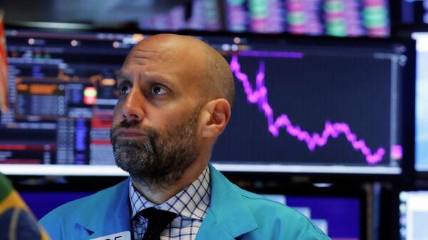 Специалист Нью-Йоркской фондовой биржи во время работы. 8 октября 2019 года