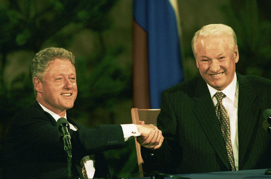 Билл Клинтон и Борис Ельцин пожимают друг другу руки на совместной пресс-конференции