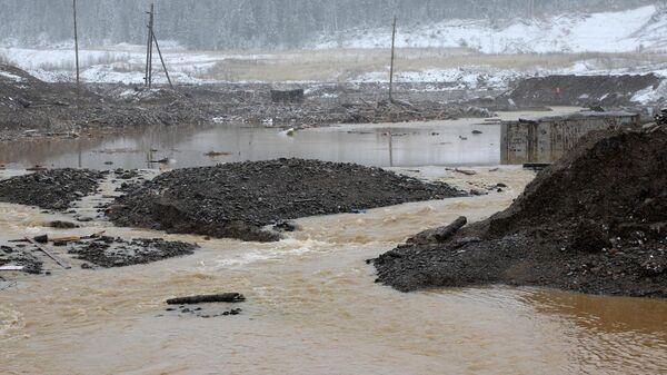 Место прорыва технологической дамбы на реке Сейба в Курагинском районе Красноярского края