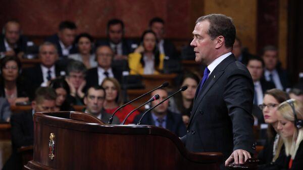 Председатель правительства России Дмитрий Медведев выступает в Народной скупщине Сербии в Белграде
