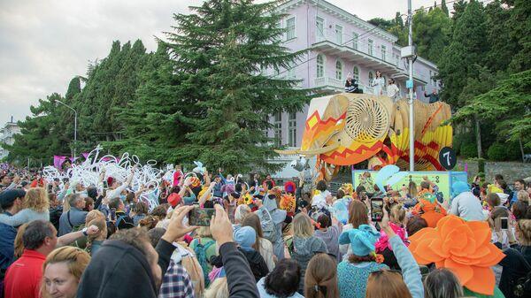 Гости фестиваля на набережной Профессорского уголка