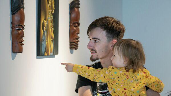 Посетители на выставке африканского искусства Дух Африки.