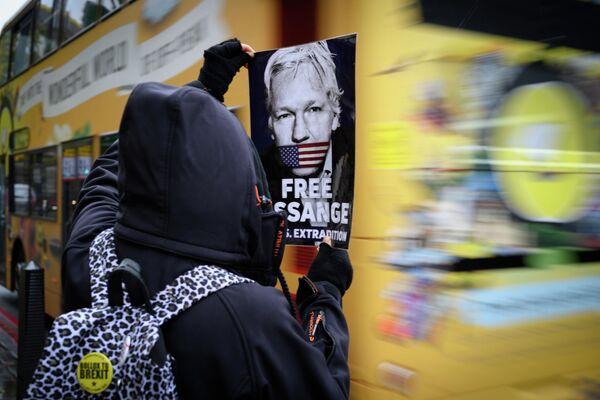 Участник акции против преследования основателя Wikileaks Джулиана Ассанжа в Лондоне