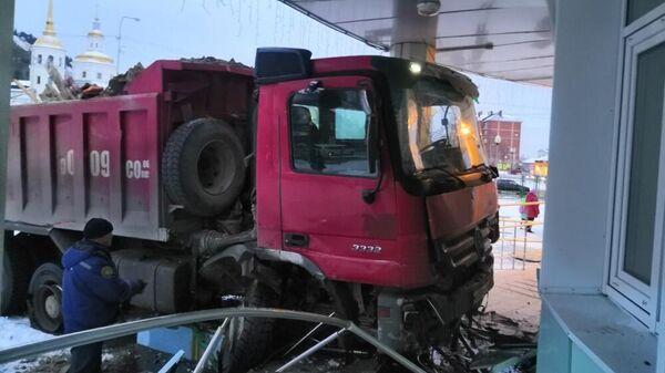 Грузовой автомобиль въехал в здание детского сада в Ханты-Мансийске. 21 октября 2019