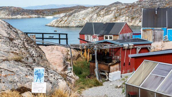 Дома местных жителей города Илулиссат на острове Гренландия