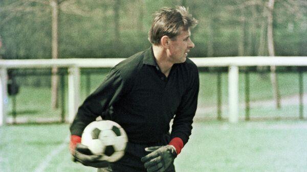 Вратарь Лев Яшин на тренировке.