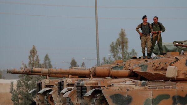 Турецкие военные в городе Акчакале в провинции Шанлыурфа недалеко от границы с Сирией