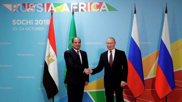 Президент РФ Владимир Путин и президент Арабской республики Египет Абдель Фаттах ас-Сиси во время встречи на полях саммита Россия - Африка. 23 октября 2019