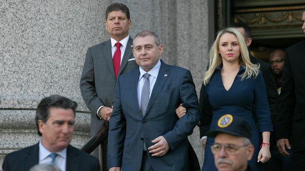 Лев Парнас покидает федеральный суд после  предъявления обвинения. 23 октября 2019