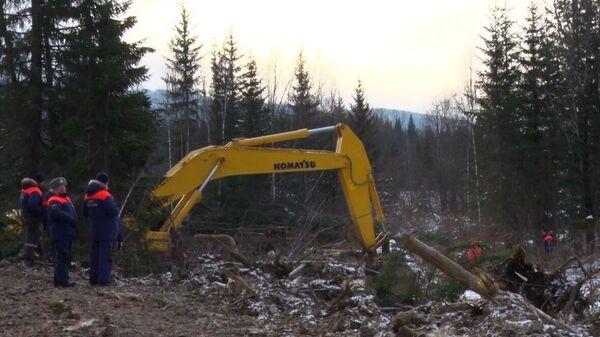 Сотрудники МЧС ликвидируют последствия прорыва технологической дамбы на реке Сейба в Курагинском районе Красноярского кра