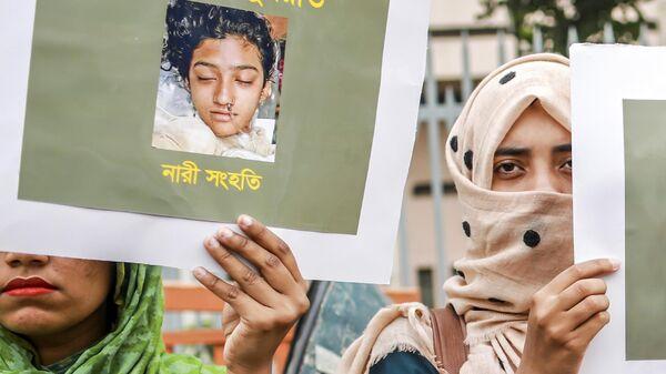 Плакаты с фотографией школьницы Нусрат Джахан Рафи на акции протеста в городе Дакка, Бангладеш