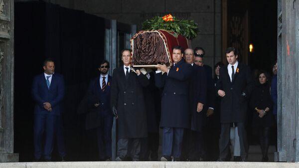 Родственники Франсиско Франко выносят гроб с останками диктатора из базилики в Долине Павших. 24 октября 2019