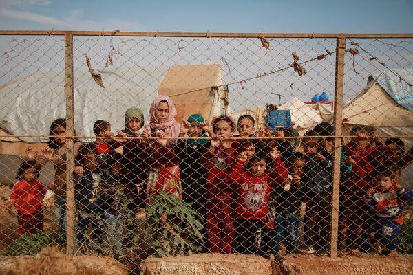 Сирийские дети в лагере для перемещенных лиц недалеко от сирийско-турецкой границы