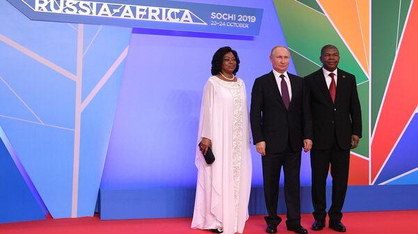 Президент РФ Владимир Путин и президент Анголы Жоау Мануэл Гонсалвеш Лоуренсу с супругой на церемонии официальной встречи глав государств и правительств государств-участников саммита Россия - Африка