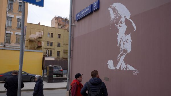 Граффити с изображением народного артиста СССР Марка Захарова на стене дома в Настасьинском переулке,