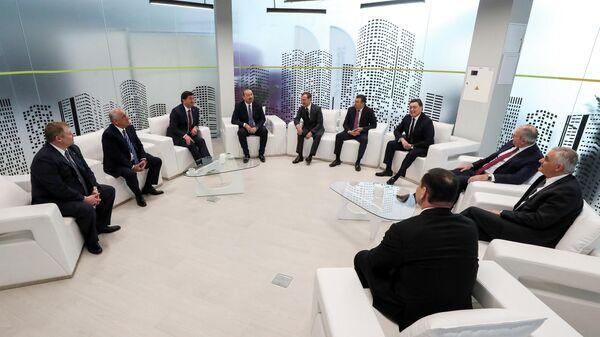 Председатель правительства РФ Дмитрий Медведев и главы делегаций - участников заседания Совета глав правительств СНГ в инновационном центре Сколково