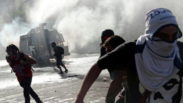 Столкновения участников акции протеста и полиции в Сантьяго, Чили