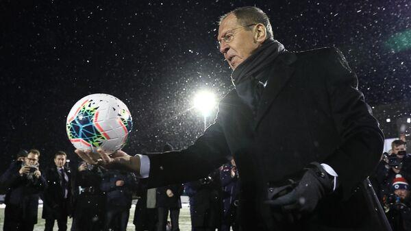 Министр иностранных дел РФ Сергей Лавров перед началом футбольного матча Финнмарк - Мурманск на стадионе Киркенеса