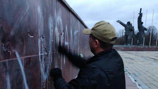 Вандалы осквернили памятник Освободителям Риги
