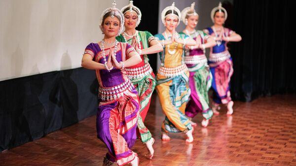 Национальный индийский танец на фестивале огней Дивали в Москве