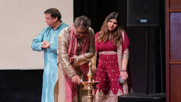Зажжение лампы во время празднования индийского фестиваля огней в Москве