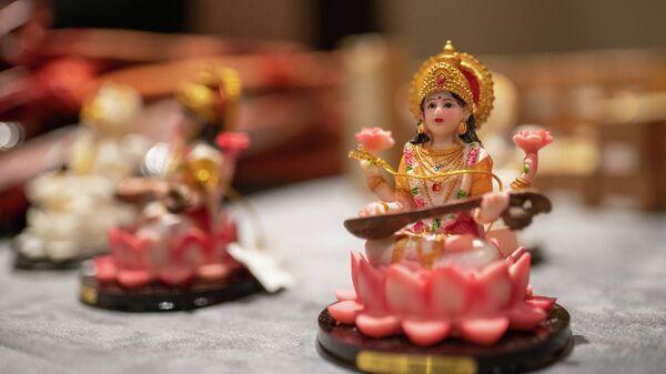 Статуэтки на праздновании индийского фестиваля огней в Москве