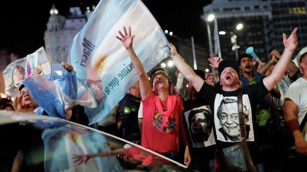 Сторонники кандидата в президенты Альберто Фернандеса на улице   Буэнос-Айреса, Аргентина. 27 октября 2019