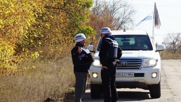 Наблюдатели ОБСЕ в поселке Золотое Луганской области