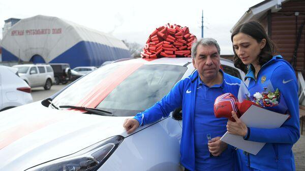 Тренер Геннадий Габриэлян и Мария Ласицкене на церемонии награждения от Федерации бокса России
