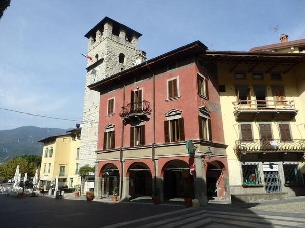 Пизонье, Рыночная площадь, башня Епископа