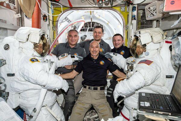 Астронавты Кристина Кук и Джессика Меир с членами экипажа МКС-61 после совместного выхода в открытый космос