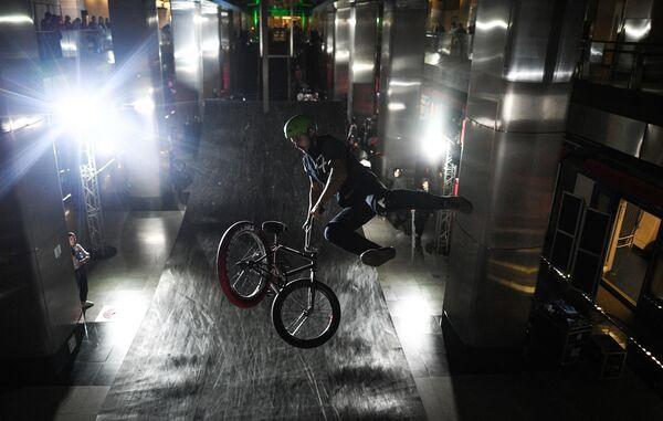 Участник молодежного фестиваля уличных культур Метро Индастриалс на станции московского метро Деловой центр