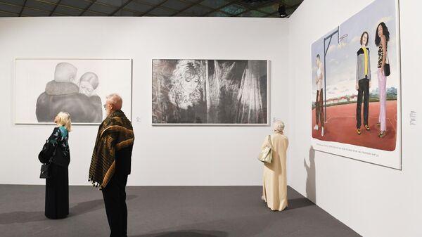 Посетители перед картинами Мунтина Розенблюма Без названия, Сони Гангл Конец_11111 и Конец_10000.