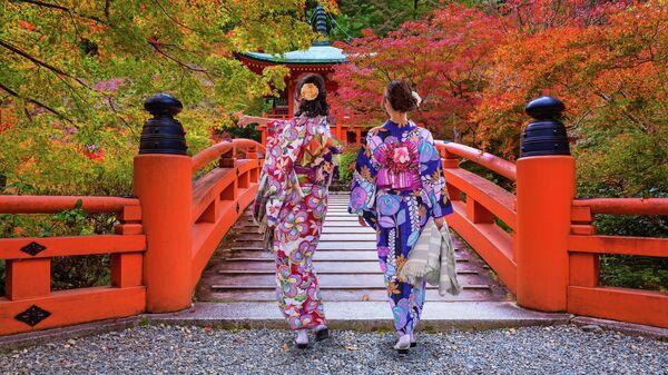 Женщины в традиционных японских кимоно, возле храма Фусими Инари в Киото, Япония