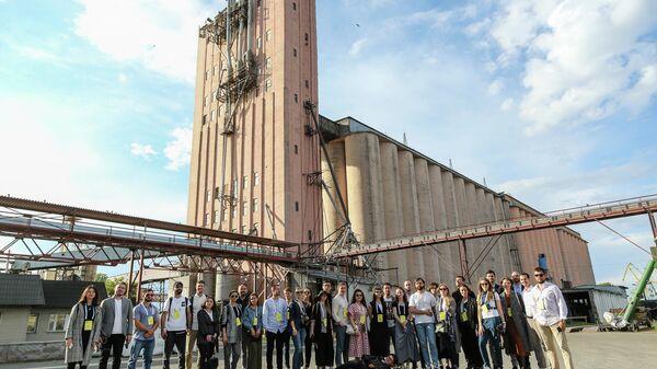 Участники второй Российской молодежной архитектурной биеннале возле портового элеватора в Казани