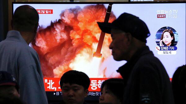 Трансляция телевизионного выпуска новостей о запуске ракет Северной Кореей в Сеуле