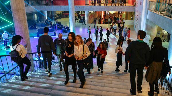Посетители Государственной Третьяковской галереи во время всероссийской акции Ночь искусств-2018