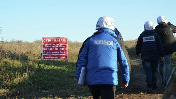 Сотрудники ОБСЕ в зоне отведения сил на Донбассе