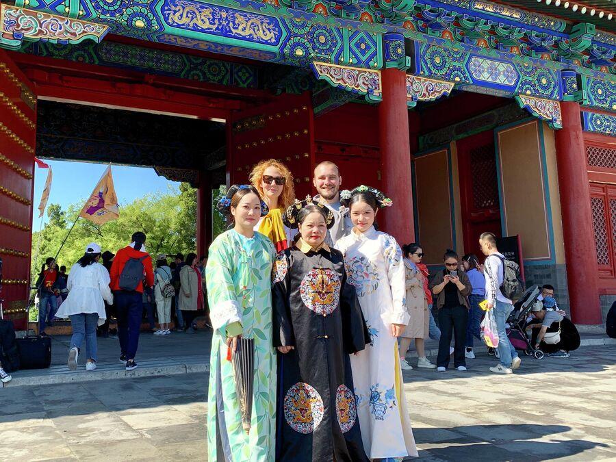 Туристы фотографируются с местными жителями в традиционных нарядах, Запретный город, Пекин