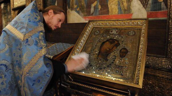 Казанская икона Божией Матери, привезенная в Москву из Казанского собора Санкт-Петербурга
