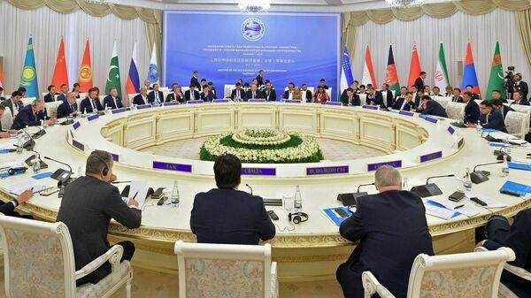 Председатель правительства РФ Дмитрий Медведев на заседании Совета глав правительств государств - членов ШОС в Ташкенте. 2 ноября 2019