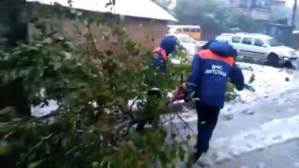 Ликвидация последствий сильного дождя в Махачкале. Стоп-кадр видео МЧС России